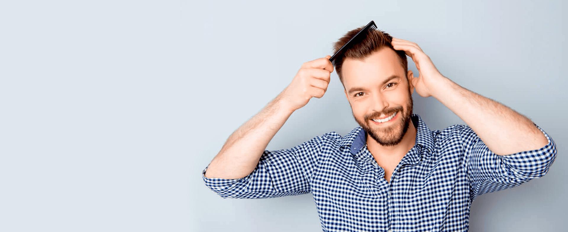 Mann mit Kamm Haare